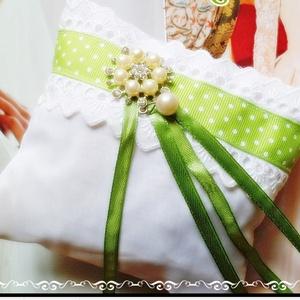 Gyűrűpárna, Gyűrűtartó & Gyűrűpárna, Kiegészítők, Esküvő, Varrás, Ékszerkészítés, Egyedi elképzelés szerint kézzel és géppel varrt.\nFehér csipke és fehér szatén anyag felhasználásáva..., Meska