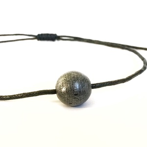 Antikolt ezüst hatású fagolyó nyakláncon - állítható méretű - UNISEX- fémmentes, Ékszer, Nyaklánc, Ékszerkészítés, Csomózás, Medál:\nanyag: fa\nszín: antikolt ezüst\nméret: 17 mm\n\nNyaklánc:\nanyag: viaszolt szál\nszín: fekete\nmére..., Meska