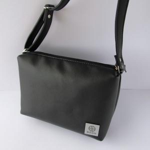 Fekete kistáska, válltáska, crossbody, Táska, Ruha, divat, cipő, Válltáska, oldaltáska, Varrás, Puha, a valódi bőrhöz nagyon hasonló textilbőrből készült táska. A formának és stílusának köszönhet..., Meska