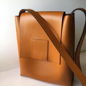 Vintage táska, valódi bőr válltáska, Táska, Divat & Szépség, Táska, Válltáska, oldaltáska, Bőrművesség, Varrás, Kemény bőrből készített egyedi táska. Igazán különleges darab. Belül 2 zsebbel.  Rendelésre el tudom..., Meska