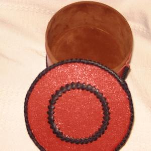 Klasszikus piros-fekete doboz, Dekoráció, Otthon & lakás, Lakberendezés, Tárolóeszköz, Doboz, Bőrművesség, Egy papír doboz ihlete e termék megalkotását. Fekete szín turavixos marhabőr, piros kecskesevró bőr...., Meska