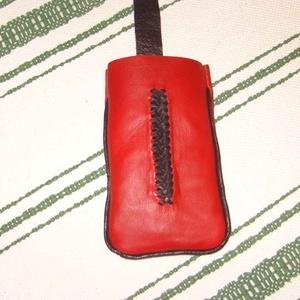 Piros-fekete telefontartó, Telefontok, Pénztárca & Más tok, Táska & Tok, Bőrművesség, Klasszikus piros-fekete színű báránybőrből és sertésbőrből készült telefontartó.\n2 szálas fűzéssel d..., Meska