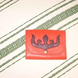 Rátétmintás péntárca, Zsebkendőtartó, Pénztárca & Más tok, Táska & Tok, Bőrművesség, Piros  borjúbőrből készült pénztárca. Fedelét egy tulipán rátétminta díszíti, melyet szűcsvarrással ..., Meska