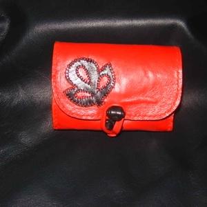 Búzavirágos piros-fekete pénztárca, Táska, Táska, Divat & Szépség, Pénztárca, tok, tárca, Erszény, Magyar motívumokkal, Bőrművesség, Piros színű báránybőrből  készült pénztárca. Fedelét rátétminta díszíti, melyet szűcsvarrással rögzí..., Meska