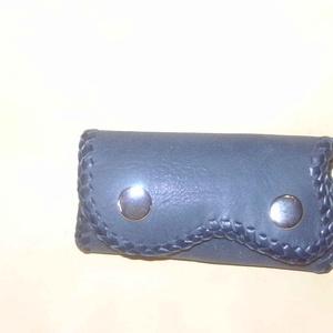 Egy kis fekete kulcstartó, Egyéb, Kulcstartó, táskadísz, Táska, Divat & Szépség, Magyar motívumokkal, Bőrművesség, Fekete borjúbőrből készült,  karabineres kulcstartó, mely 4 karabinert foglal magába. Kék színű sert..., Meska