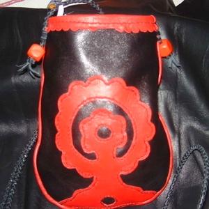 Piros-fekete zacskó, Táska, Divat & Szépség, Táska, Tarisznya, Bőrművesség, Klasszikus piros-fekete szín összeállításával készült-e tárgy. Táska vagy tarisznya akár zacskó is l..., Meska