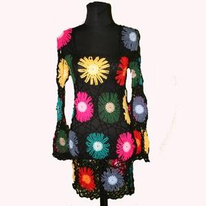 szivárvány tunika horgolt fekete l-xl-es, Táska, Divat & Szépség, Ruha, divat, Női ruha, Póló, felsőrész, Ruha, Horgolás, Patchwork, foltvarrás, Hatalmas virágok vannak rajta a szivárvány színeiben. Fehér vagy fekete trikóra felvéve nagyon jól m..., Meska