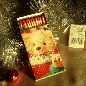 Nagyméretű 11 x 6,5 cm-es gyufa - Maci, Karácsony & Mikulás, Karácsonyi dekoráció, Mindenmás, Egyedi ajándék lehet ez a nagyméretű gyufásdoboz, amit nagyon aprólékos munkával, karácsonyi csomago..., Meska