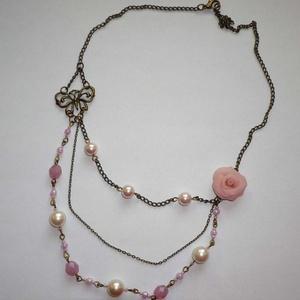 Rózsaszín rózsa és pillangó - 3 soros asszimetrikus réz nyaklánc - Meska.hu