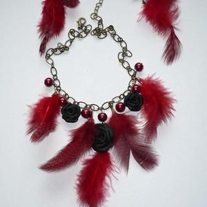 Moulin Rouge -  fekete-piros nyaklánc és fülbevaló szett  tollal és rózsákkal (Boriboszi) - Meska.hu