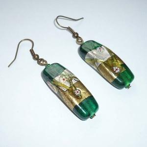 Zöld kimonó - arany, zöld hosszúkás lámpagyöngy füli, Ékszer, Fülbevaló, Lógós fülbevaló, Ékszerkészítés, Gyöngyfűzés, gyöngyhímzés, Gyönyörűszép sötétzöld alapú, arany-ezüst díszítésű, virágmintás, ívelt 1x3,4cm-es (6mm vastag) ind..., Meska