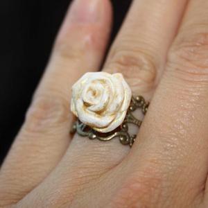 Fehér rózsa réz alapon - egyedi gyűrű, Ékszer, Gyűrű, Ékszerkészítés, Gyurma, Egy saját készítésű, fehér színű, kb. 1,5cm átmérőjű süthető gyurma (polymer clay) rózsát készítette..., Meska