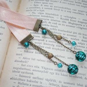 Zafír álom - bézs szatén könyvjelző türkizzöld gyöngyökkel, Dekoráció, Otthon & lakás, Naptár, képeslap, album, Könyvjelző, Ékszerkészítés, A textil-könyvjelzők kedvelőinek készítettem legújabb könyvjelző-sorozatomat bársonyból, illetve sza..., Meska