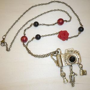 Aszimmetrikus réz vintage fényképezőgép nyaklánc vörös rózsákkal, Ékszer, Nyaklánc, Ékszerkészítés, Gyurma, Ismét egy retro-vintage nyakláncot varázsoltam sárgaráz fényképezőgép medállal és piros rózsával, fe..., Meska