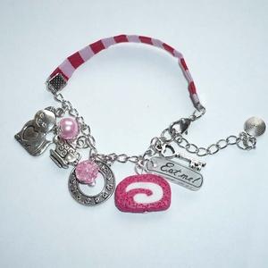 Óra, tea, süti, cica, kulcs - ezüst, rózsaszín, fehér Alice karkötő, Ékszer, Karkötő, Ékszerkészítés, Gyöngyfűzés, gyöngyhímzés, Íme egy új, piros-rózsaszín csíkos, szalagos karkötőm az Alice in Wonderland sorozatomból.\n\nA karköt..., Meska