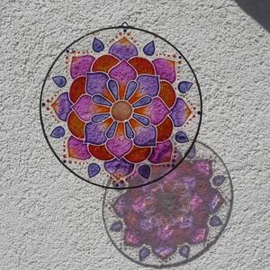 Naplemente -  narancs, lila mandala ablakdísz, fényfogó, Otthon & Lakás, Dekoráció, Mandala, Festett tárgyak, Üvegművészet, A melegséggel feltöltő naplementét idézi ez a mandala.\n\nIgen erőteljes, ám az ablakba helyezve, a na..., Meska