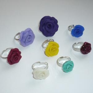 Rózsa gyűrű mix - 8db, Ékszer, Gyűrű, Ékszerkészítés, Gyurma, Saját készítésű, különböző színű és méretű (1,5-3cm) átmérőjű süthető gyurma (polymer clay) rózsákat..., Meska
