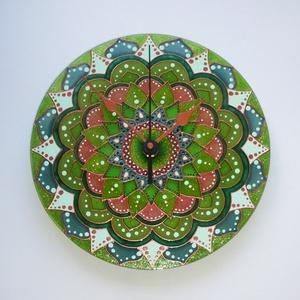 Erdei Tündér - egyedi festett mandala üveg falióra, Falióra & óra, Dekoráció, Otthon & Lakás, Festett tárgyak, Üvegművészet, Ha téged is megnyugtat ez a mandala, akárcsak az erdő zöldje, az nem véletlen....\nA sokféle zöld szí..., Meska