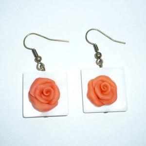 Narancs rózsák négyzetes kagylófoglalatban - füli, Ékszer, Fülbevaló, Lógó fülbevaló, Ékszerkészítés, Gyurma, Saját kézzel, egyedileg formáztam 2db, kb. 1,5cm-es bágyadt narancs színű rózsát süthető gyurmából (..., Meska