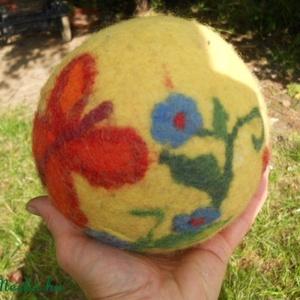 Pillangós nagy nemezelt csörgős labda., Gyerek & játék, Játék, Baba játék, Készségfejlesztő játék, Nemezelés, AKCIÓ!!!Babák kedvence lehet ez a labda,színes, élénk színe felkelti az érdeklődésüket, belsejében t..., Meska