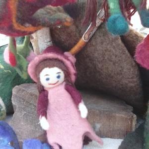 Bordóka, Gyerek & játék, Játék, Baba játék, Készségfejlesztő játék, Baba-és bábkészítés, Nemezelés, Leg újabb marok babák egyike pici kalapjában nagyon kedves játéka lehet egy kislánynak.  Vizes nemez..., Meska