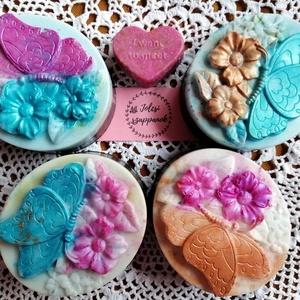 Pillangók tánca, Táska, Divat & Szépség, Szépség(ápolás), Krém, szappan, dezodor, Natúrszappan, Szappankészítés, 4 db teafa olajos, rétegzett szappan pillangó mintával. \nNatúr, fahéjas és aktív szenes rétegekkel. ..., Meska