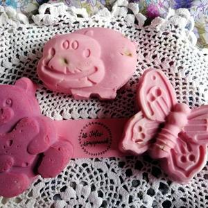 Rózsaszínű állatvilág, Táska, Divat & Szépség, Szépség(ápolás), Krém, szappan, dezodor, Natúrszappan, Kecsketejes szappan, Szappankészítés, 3 db állatfigurás, kecsketejes szappan. A mackó indiai rózsás, a víziló és a pillangó kubebás.\nA szí..., Meska