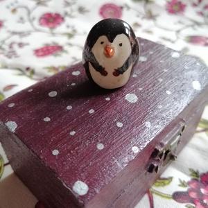 Pingvin + lakás, Játék & Gyerek, Plüssállat & Játékfigura, Más figura, Kerámia, Festett tárgyak, Kis méretű mázas kerámia pingvin figura. Saját kis ládikójában, ágyneművel. Hordozható kis játék sze..., Meska
