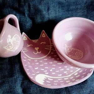 Macskás kerámia szett, Otthon & Lakás, Konyhafelszerelés, Tányér & Étkészlet, Kerámia, Egy macskás lila étkészletet készítettünk, lapos tányérral, kávés csészével, müzlis tálkával. \n\nTál ..., Meska