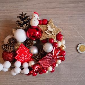 Pici ünnepi kopogtató, Karácsony & Mikulás, Karácsonyi kopogtató, Mindenmás, Ünnepi hangulatú kopogtató, nagyjából 14 cm átmérőjű.\n\nHungarocell alapra kerültek a karácsonyi gömb..., Meska