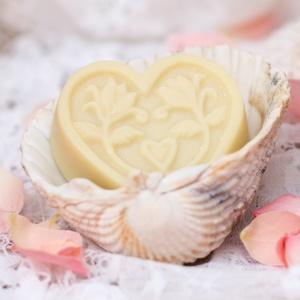Eliá szappan szivecske, Szerelmeseknek, Ünnepi dekoráció, Dekoráció, Otthon & lakás, Szépség(ápolás), Táska, Divat & Szépség, Krém, szappan, dezodor, Natúrszappan, Szappankészítés, Sheavajas-olivás szappan egy cseppnyi kókusszal a krémesen ápoló tisztításért. A termék különösen az..., Meska