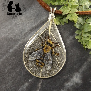 Méh miniatúrás ékszergyanta medál, csepp alakú, levélerezet háttérrel, 3D, Ékszer, Nyaklánc, Medál, Ékszerkészítés, Festészet,  3D hatású, rétegezve festett ékszergyanta medál, méh miniatúrával. Természetes falevél erezet hátté..., Meska