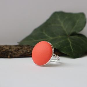 Korall textilbőr gyűrű, Ékszer, Gyűrű, Statement gyűrű, Ékszerkészítés, Világos narancsos-korall, matt színű textilbőr felhasználásával készült ez a gyűrű. \n\nA gyűrű alapja..., Meska