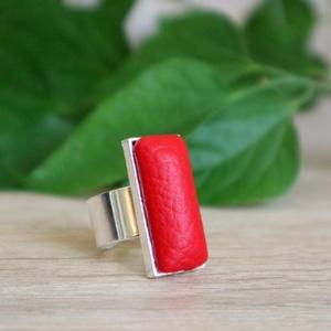 Szögletes tűzpiros textilbőr gyűrű, Statement gyűrű, Gyűrű, Ékszer, Ékszerkészítés, Matt tűzpiros textilbőr anyag felhasználásával készült ez a gyűrű.\nA szögletes kialakítása a moderni..., Meska