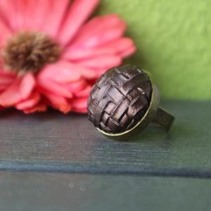 Fényes barna - bronz textilbőr gyűrű, Ékszer, Gyűrű, Statement gyűrű, Ékszerkészítés, Nagyon különleges, szőttes hatású textilbőr anyag felhasználásával készült ez a gyűrű.\n\nTányérátmérő..., Meska