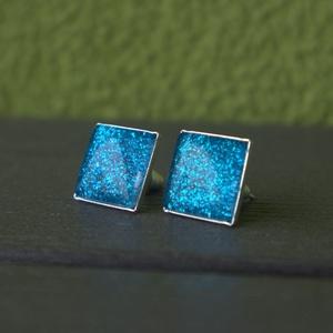 Csillogó kék négyzet fülbevaló, Pötty fülbevaló, Fülbevaló, Ékszer, Ékszerkészítés, Nagyon különleges, csillogó hatású textilbőr felhasználásával készült ez a fülbevaló.\nAz ékszeralap ..., Meska