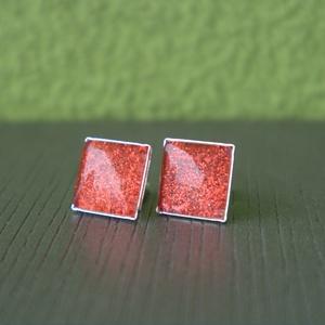 Csillogó piros négyzet fülbevaló, Ékszer, Fülbevaló, Pötty fülbevaló, Ékszerkészítés, Csillogó piros színű textilbőr anyag felhasználásával készült ez a fülbevaló.\nAz ékszeralap ezüst sz..., Meska
