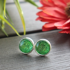 Csillogó zöld - ezüst fülbevaló, Ékszer, Fülbevaló, Pötty fülbevaló, Ékszerkészítés, Világosabb árnyalatú, csillogó zöld hatású textilbőr anyagból, nikkelmentes fém ékszeralap felhaszná..., Meska