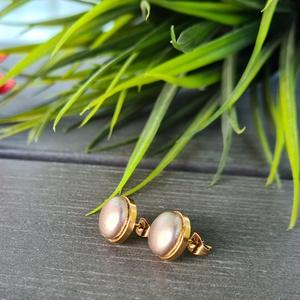 Pezsgő - arany nemesacél fülbevaló, Ékszer, Fülbevaló, Pötty fülbevaló, Ékszerkészítés, Szép árnyalatú, fényes hatású pezsgő színű anyag és arany színű nemesacél fülbevaló alap felhasználá..., Meska