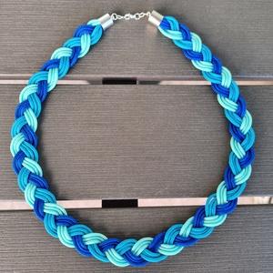 Kék színes fonott paracord nyaklánc, Ékszer, Nyaklánc, Medál nélküli nyaklánc, Ékszerkészítés, Háromféle kék színű (király kék, türkiz, halvány) készült ez a fonott paracord nyaklánc.\n\nA három sz..., Meska