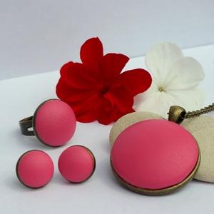 Pink - bronz fülbevaló, gyűrű és nyaklánc szett, Ékszer, Ékszerszett, Ékszerkészítés, Élénk pink színű textilbőr anyagot kombináltam bronz színű ékszeralappal.  A medál átmérője 30 mm, ..., Meska