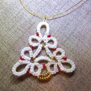 Fehér karácsony nyaklánc , Ékszer, Nyaklánc, Medálos nyaklánc, Gyöngyfűzés, gyöngyhímzés, Horgolás, Hajócsipke technikával készült ez a karácsonyi medál, amely a fehér karácsony és az ünnepi csillogás..., Meska
