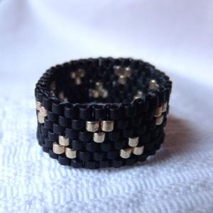 Art deco peyote gyűrű, Ékszer, Gyűrű, Gyöngyös gyűrű, Ékszerkészítés, Gyöngyfűzés, gyöngyhímzés, Fekete és jó minőségű, tartós arany színű miyuki delica japán gyöngyökből készült ez a gyűrű. Szolid..., Meska