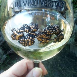 Bor imádóknak., Otthon & Lakás, Konyhafelszerelés, Gyurma, Bor imádók számára készült boros pohár szett. ( 2db / szett )\nA díszítés süthető gyurmából készült.\n..., Meska