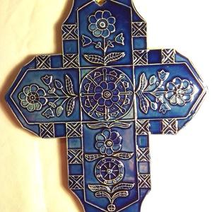 Kék csángó kerámia kereszt, Művészet, Szobor, Kerámia, Kerámia, A keresztet a hagyományos csángó, saját gyűjtésből származó mintakincs díszíti. \nA fehér agyagot ége..., Meska
