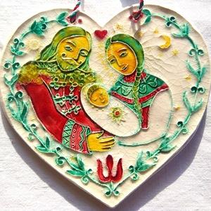 Szent család- szeretettel, Művészet, Szobor, Kerámia, Szobrászat, A kerámiaszíven a szentcsalád látható. \nA termék fehér agyagból készült, amelyen a maguk intenzitásá..., Meska
