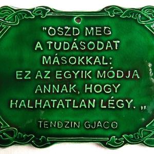 """Idézetes táblácska \""""A tudásról\"""", Művészet, Szobor, Kerámia, Kerámia, A táblát fehér agyagból készítettem, \nmajd zöld mázzal festettem. \n\nMérete: 13 x 18 cm, Meska"""