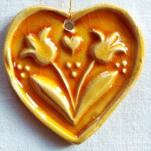 Napsárga tulipános szív, Karácsony & Mikulás, Karácsonyfadísz, Kerámia, Az szívet fehér agyagból készítettem, majd kerámiamázzal díszítettem. \nAjánlom szeretettel! kérés sz..., Meska