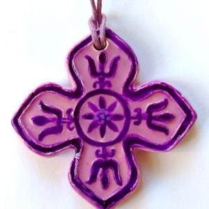 Sóvidéki lila kerámia medál, Ékszer, Nyaklánc, Medál, Kerámia, A medált székelyföldi mintakincs díszíti, melyet lila mázzal festettem. \nEgy színben hozzá illő véko..., Meska