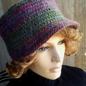 Női kalap (sapka): Misteriosa, Ruha, divat, cipő, Kendő, sál, sapka, kesztyű, Horgolás, 100 % gyapjúfonálból horgoltam ezt a kellemes tapintású, formatartó kalapot.  Enyhén kifelé bővülő ..., Meska